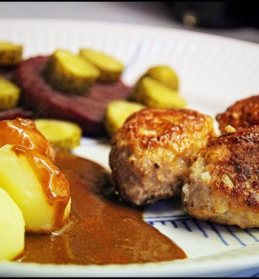 Frikadeller med kartofler, brun sovs og surt