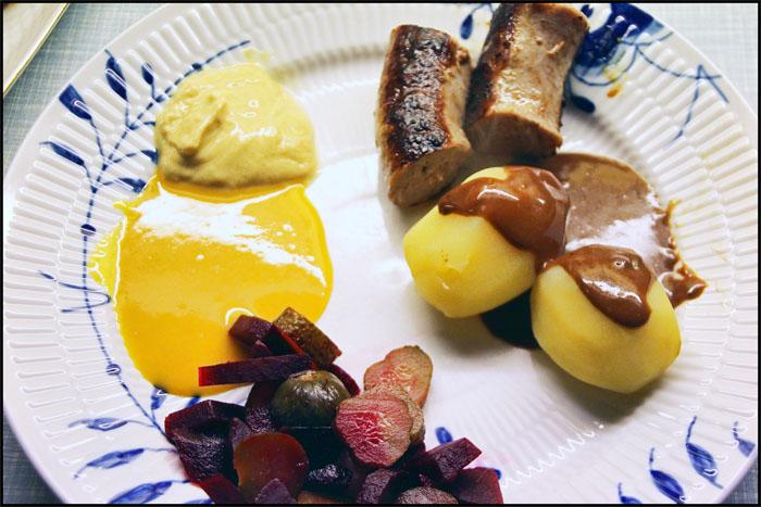 Medister med Kartofler, brun sovs og surt